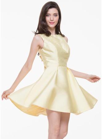 A-Line/Princess Scoop Neck Short/Mini Satin Homecoming Dress With Lace Bow(s)
