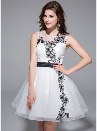 A-Line/Princess Scoop Neck Short/Mini Organza Charmeuse Homecoming Dress With Sash Appliques Lace