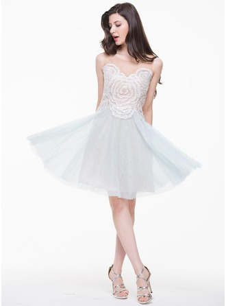 A-Line/Princess Scoop Neck Knee-Length Tulle Homecoming Dress With Flower(s) Sequins