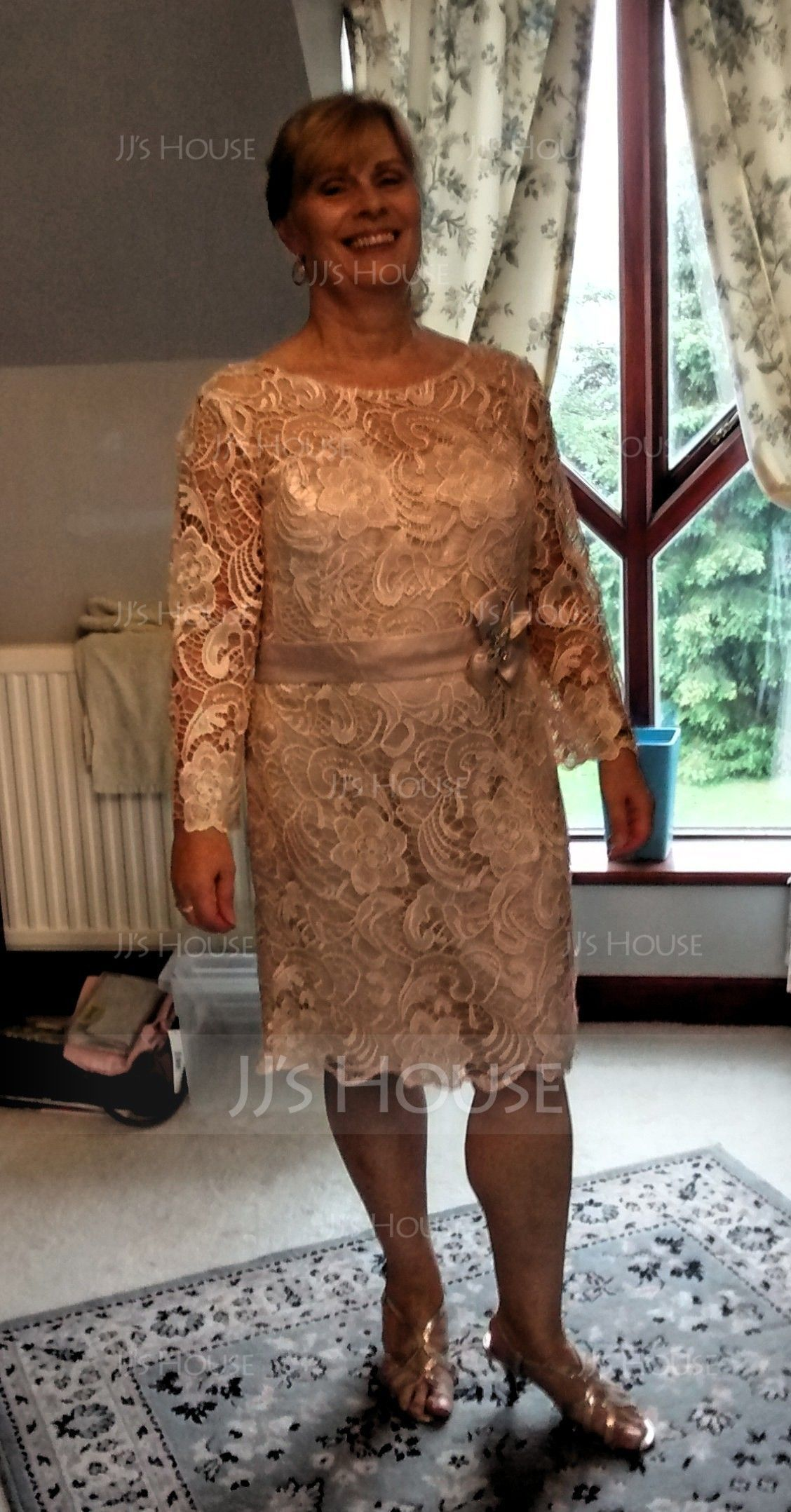 Sheath/Column Scoop Neck Knee-Length Lace Mother of the Bride Dress With Beading Flower(s) (008062563)